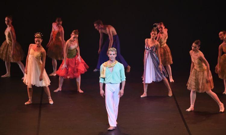 794900-le-danseur-soliste-italien-nicola-lazzaro-sur-scene-lors-de-la-premiere-mondiale-au-grand-theatre-d-